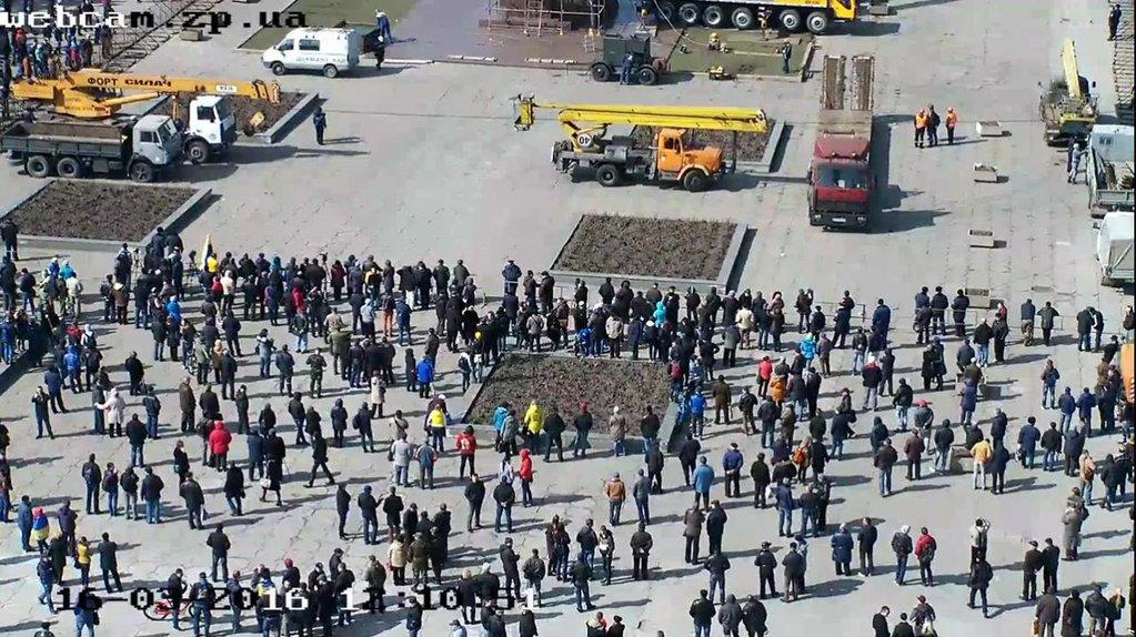 RT @Liveuamap: People watching Lenin…