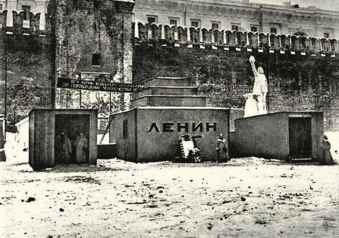 RT @sovietvisuals: Temporary wooden Lenin…