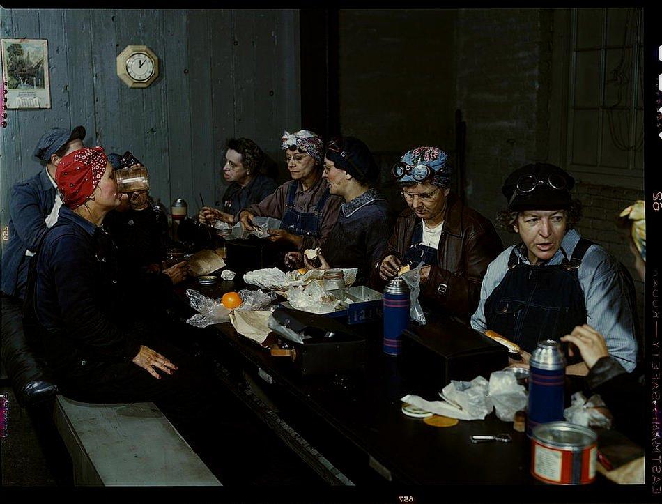 RT @historylvrsclub: Women workers having…